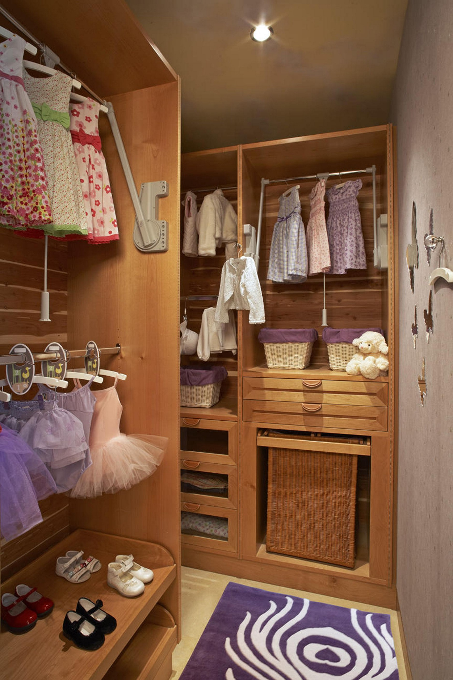 Walk in closet design for girls