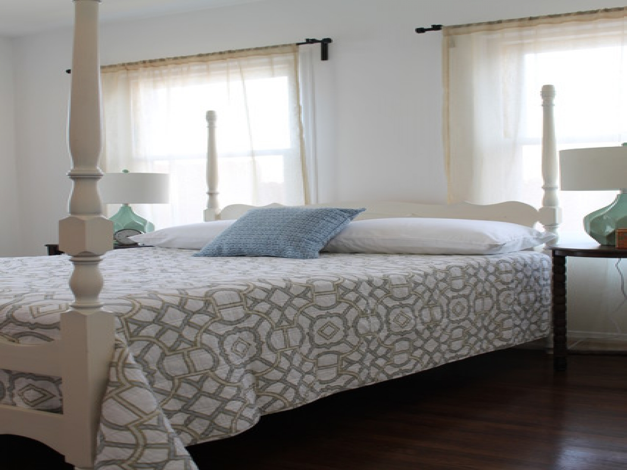Four Poster Bed White Room photo - 8