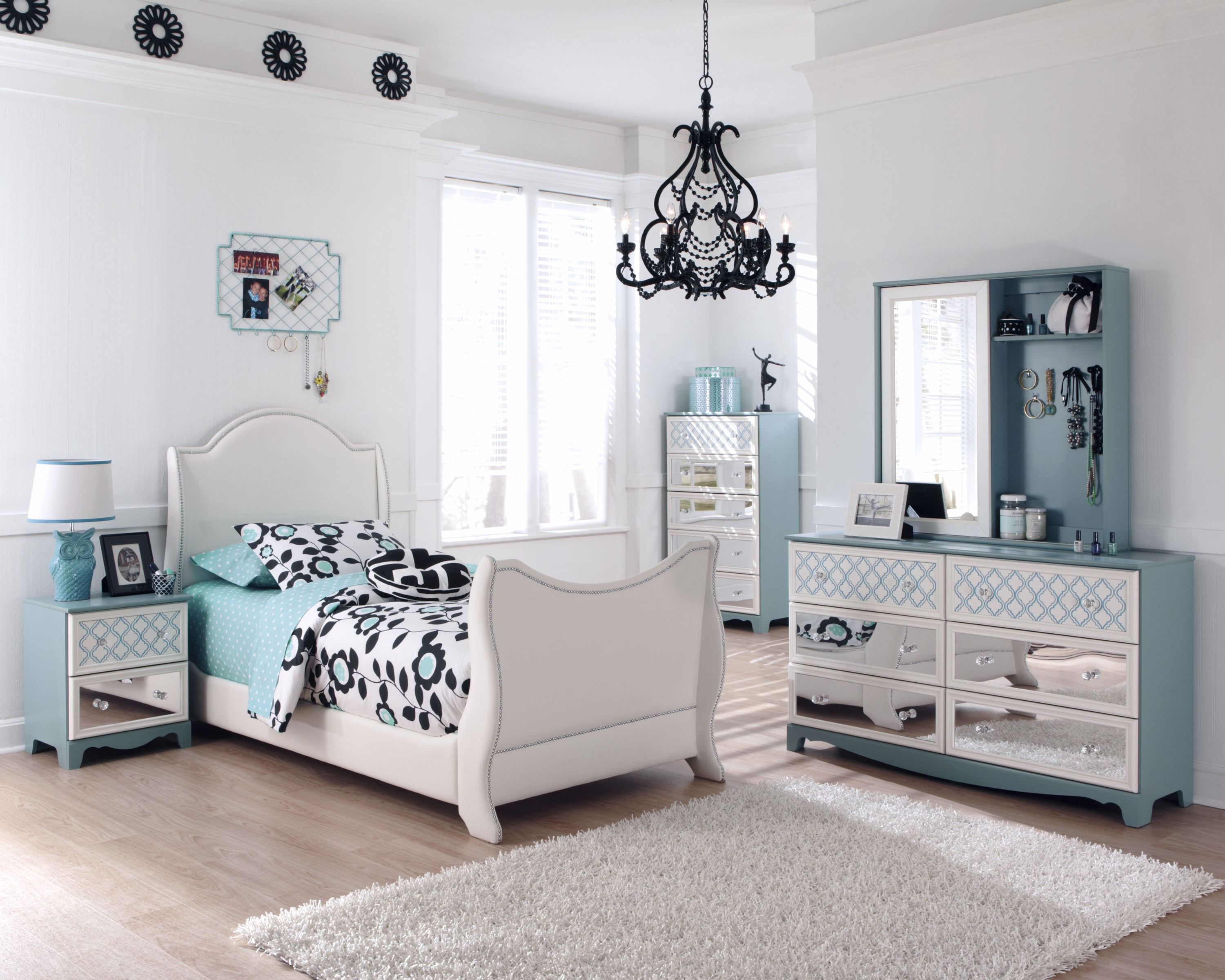 decorating with mirrored bedroom furniture photo - 7